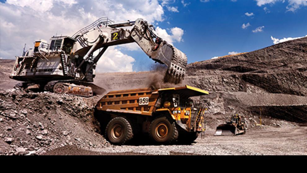 trator e caminhão dentro da mina